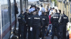 Dänische Polizei vor Flüchtlingszug